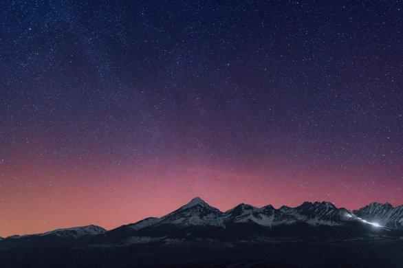 Po hodinovej prestávke, ktorú som vyplnil fotografovaním kométy 41P Tuttle-Giacobini-Kresák ma zaujal svetelný oblúčik nad Kriváňom. Bol to vysoký obláčik, jemu vďačím za to, že upriamil moju pozornosť a začal som fotografovať práve v čase, keď sa polárna žiara postupne vynárala spoza tatranských štítov. Hoci bolo takmer jasno a na oblohe neboli oblaky, jeden vysoký, riasovitý mrak sa predsa len priplietol právetam, kde žiarila polárna žiara a skúsené oko jeho stopu zazrie na niekoľkých fotografiách. Autor: Marián Dujnič.