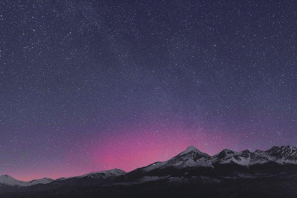 Náznaky auróry počas snímania tohto obrázku som matne vnímal voľným okom a zreteľne sa odlišovali od jasu Mliečnej cesty. Autor: Marián Dujnič.