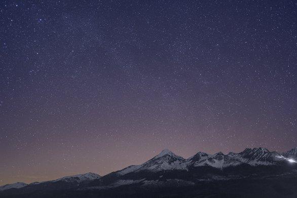 Obloha nad Kriváňom ve 22:29 SELČ bez polárnej žiary pôsobí trochu sterilne. Autor: Marián Dujnič.