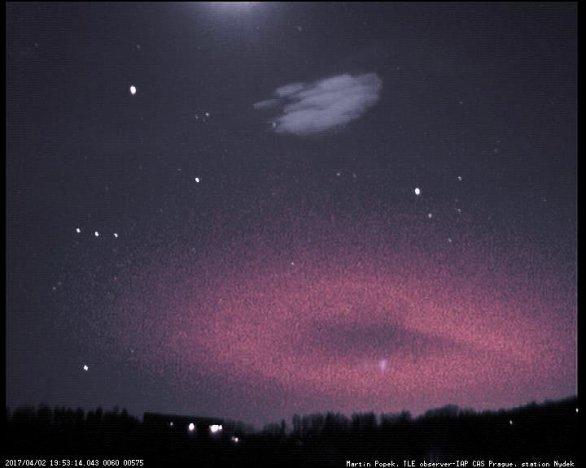 Blesk typu elf fotografovaný z Nýdku nad vzdálenou bouří na západě Autor: Martin Popek