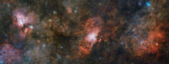 Mimořádně velký originál tohoto snímku má rozlišení přes tři gigapixely a zachycuje dvojici slavných mlhovin a jejich méně známého souseda na společném portrétu. Vpravo se nachází slabě zářící oblak plynu s označením Sharpless 2-54, uprostřed leží ikonická Orlí mlhovina a vlevo mlhovina Omega. Záběr vznikl jako mozaika snímků pořízených pomocí přehlídkového dalekohledu ESO/VST. Autor: ESO