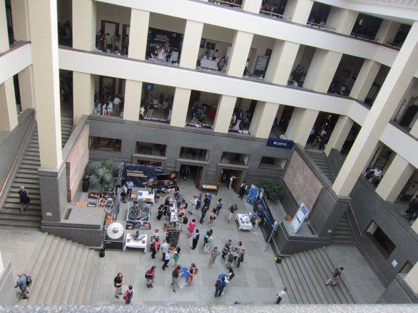 Vnitřní atrium budovy Právnické fakulty PF UK.  Konference EWASS probíhala v přízemí i ve třech patrech budovy navržené v letech 1908-1922  arch. Janem Kotěrou (1871-1923). Výstavba budovy trvala od r. 1924 do začátku školního roku v září 1931. Během II. světové války ji zabralo pražské velitelství jednotek SS. Během konference probíhaly v budově souběžně také zkoušky studentů PF v končícím letním semestru. Autor: Jiří Grygar