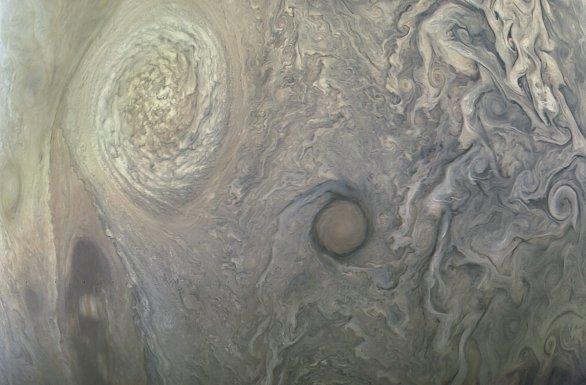 Jiná oblast na Jupiteru z posledního průletu 10. července 2017 Autor: NASA/SwRI/MSSS/Kevin M. Gill