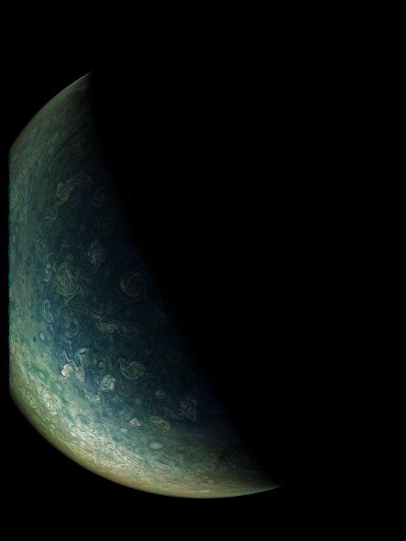 Severní polární oblast Jupiteru z Juno, průlet číslo 7 Autor: NASA/SwRI/MSSS/Gérald Eichstädt
