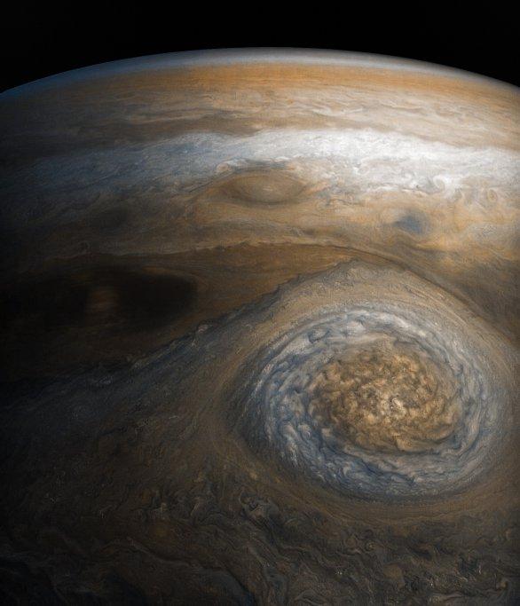 Velký ovál v mírných šířkách a jeden z rovníkových pásů (nahoře), Juno, průlet č. 7 Autor: NASA/SwRI/MSSS/Séan Doran