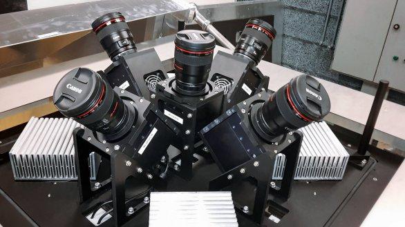 Pětice kamer, které tvoří systém MASCARA. S použitím širokoúhlých objektivů je možné takto snímat téměř celou oblohu viditelnou z daného stanoviště. Autor: ESO/G. J. Talens