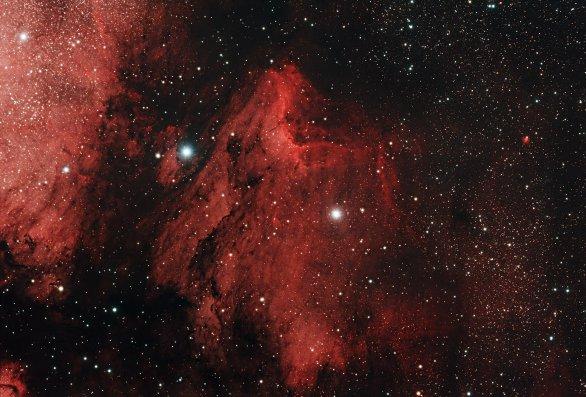 Mlhovina IC 5070 - Pelikán, vyfocená v průběhu Astronomické expedice 2017. Expozice: 79×2min, Canon EOS 60D mod., dalekohled ED 80/600 + reduktor .0,85, Montáž: EQ6. Autor: Vojtěch Dienstbier