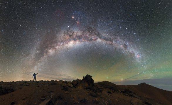 Mléčná dráha se táhne chilským nebem a spojuje pozorovatele vlevo se vzdálenými kopci Cerro Paranal, sídlem dalekohledu VLT (Very Large Telescope) a infračerveného dalekohledu VISTA (vpravo). Autor: ESO / P. Horálek.