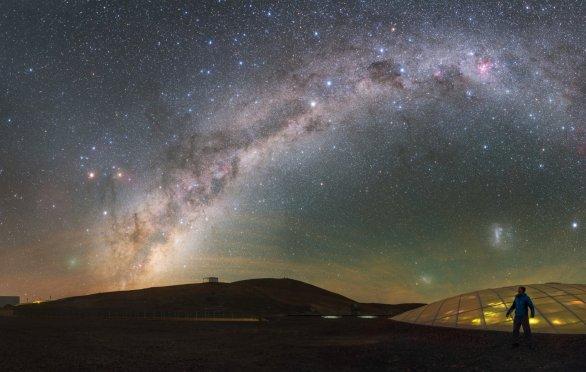 Slabě prosvětlená kupole hotelu Residencia na observatoři Paranal v Chile v ESO nevytváří žádné světelné znečištění, které by bránilo práci dalekohledů. Nad kupolí se snáší magický oblouk Mléčné dráhy proti přírodně tmavé obloze. Vlevo, v blízkosti horizontu, je kometa 252P / LINEAR, která ve dnech 22. až 23. března 2016 učinila pátý nejbližší kometární průlet k Zemi za celou známou historii lidstva. Autor: ESO / P. Horálek.