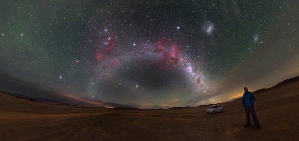 Tento hluboký pohled do nočního nebe nad chilskou pouští Atacama ukazuje celou řadu přírodních divů, např. Barnardovu smyčku – růžový půlkruh viditelný nad obloukem Mléčné dráhy – a Malé i Velké Magellanovo mračno, dva svítící obláčky v pravém horním rohu. Autor: ESO / P. Horálek.
