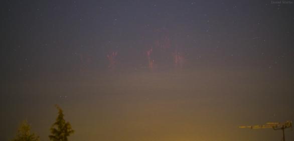 Skupina rudých skřítků nad Corvatským Záhřebem, fotografováno z Opavy, vzdálenost 450 km. Sony A7S + Samyang 135mm f/1.4 (f/2), ISO 2000, čas 3,2 s Autor: Daniel Ščerba