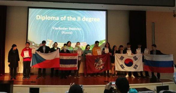 Předání diplomu II (stříbrná medaile) Marcovi (třetí zleva) Autor: Ota Kéhar