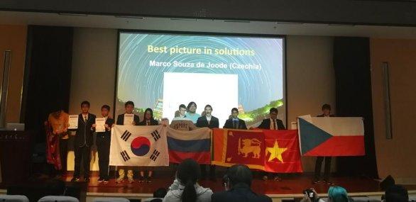 Předání diplomu Marcovi (první zprava) za nejhezčí obrázek Autor: Ota Kéhar