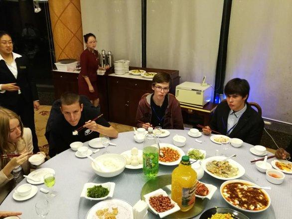 Účastníci českého týmu (zleva: Radka Křížová, Radomír Mielec, Martin Fof, Marco Souza de Joode) na večerním banketu u příležitosti zakončení IAO2017 Autor: Ota Kéhar