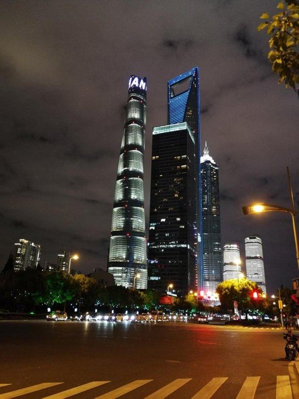 """Mrakodrapy v Šanghaji, vlevo druhý nejvyšší mrakodrap světa Shanghai Tower vysoký 632 m, modře osvětlený je 492 metrů vysoký Shanghai World Financial Center, občas nazývané """"otvírák lahví"""" a vpravo budova Ťin Mao vysoká """"pouze"""" 421 metrů Autor: Ota Kéhar"""