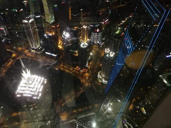 Pohled ze Shanghai Tower na okolní mrakodrapy, vlevo Ťin Mao, vpravo Shanghai World Financial Center Autor: Ota Kéhar