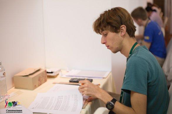 Adrián Mokrý při řešení úloh na 11. IOAA Autor: 11. IOAA