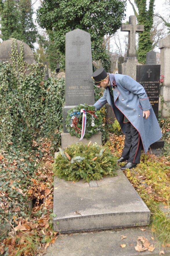 Položení věnce ke hrobu Karla Nováka Autor: Lukáš Kalista