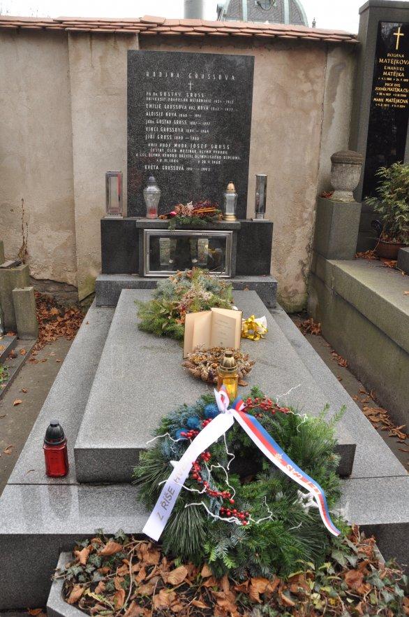 """Hrob Gustava Grusse a jeho kniha """"Z říše hvězd"""" Autor: Lukáš Kalista"""