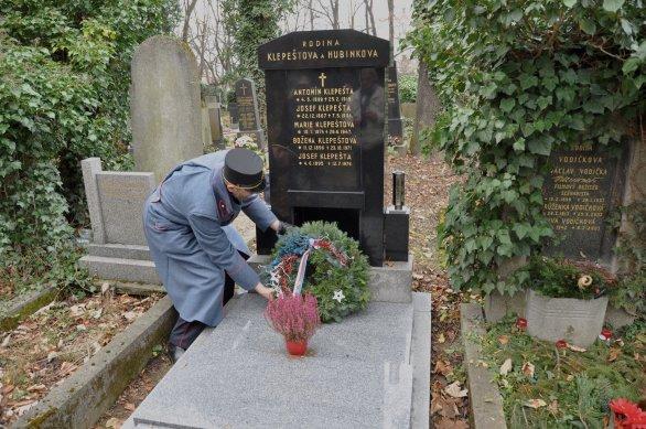 Položení věnce ke hrobu Josefa Klepešty Autor: Lukáš Kalista