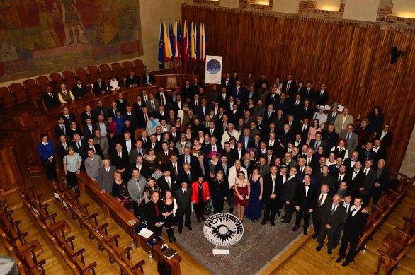 Společná fotografie na závěr slavnostního zasedání ČAS po 100 letech v aule Karolina. Autor: David Malík.