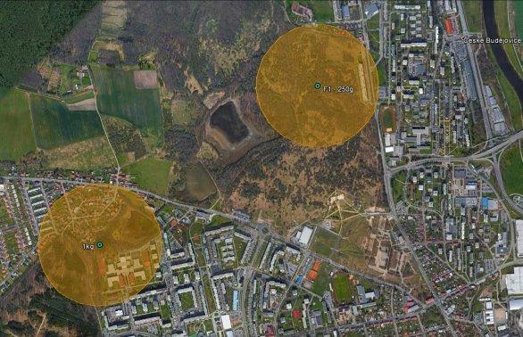 Schematické znázornění pádových oblastí pro dva největší meteority. Pravděpodobnost nálezu klesá směrem od středu vyznačených oblastí. Předpokládané hmotnosti pro danou oblast jsou na obrázku taktéž uvedeny. Autor: Google/AsÚ AV ČR.