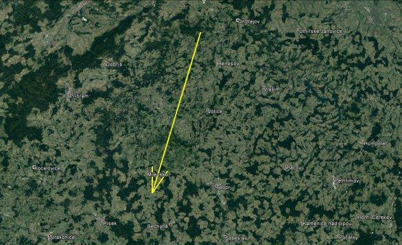 Průmět atmosférické dráhy bolidu z 18. ledna 2018 na zemský povrch (žlutá šipka) a poloha nejbližších dvou stanic Ondřejova a Kocelovic. Díky vhodnému a i relativně blízkému rozložení stanic použitých pro výpočet vůči dráze bolidu byly všechny parametry jeho průletu atmosférou určeny s velmi vysokou přesností. Skutečná délka vyfotografované atmosférické dráhy je 87 km a bolid jí uletěl přibližně za 5 s. Autor: Google/AsÚ AV ČR.