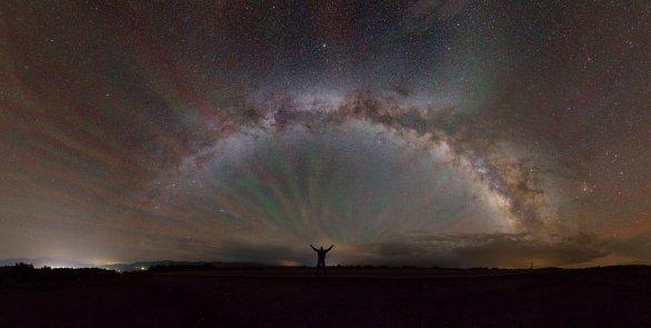 Druhé místo v soutěži Neklidné nebe: Barevná bouře. Autor: Pavel Váňa.