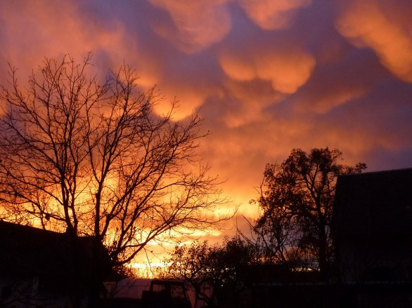 Třetí místo v kategorii Cena Regionu v soutěži Neklidné nebe: Západ slunce po dešti. Autor: Jan Němeček.