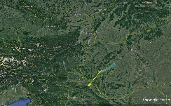 Průmět atmosférické dráhy bolidu z 8. dubna 2018 na zemský povrch (žlutá šipka). Skutečná délka vyfotografované atmosférické dráhy je 125 km a bolid jí uletěl přibližně za 8 sekund. Autor: Google/AsÚ AV ČR.