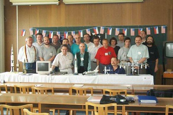 Společná fotografie účastníků 1. KOSMOS-NEWS PARTY v roce 2001