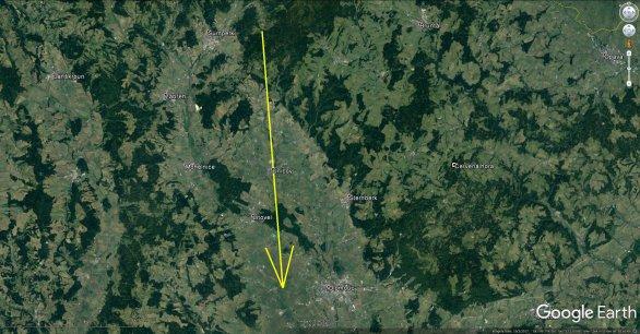 Průmět atmosférické dráhy bolidu z 23. května 2018 na zemský povrch (žlutá šipka). Skutečná délka vyfotografované atmosférické dráhy je 71 km a bolid jí uletěl přibližně za 6 s. Autor: Google/AsÚ AV ČR.