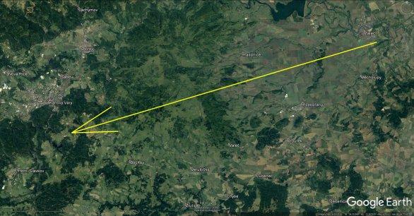 Průmět atmosférické dráhy bolidu z 15. června 2018 na zemský povrch (žlutá šipka). Skutečná délka vyfotografované atmosférické dráhy je 77 km a bolid jí uletěl přibližně za 6 s. Autor: Google/AsÚ AV ČR.