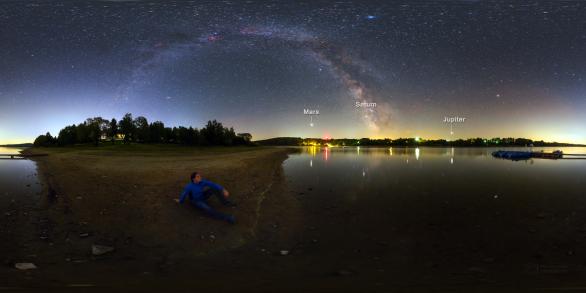 Výhled ke třem planetám za slunovratové noci 20. června 2018 na břehu Sečské přehrady. Autor: Petr Horálek.
