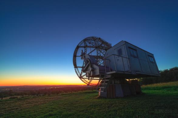 Radarová louka a zjevující se hvězdy velkého vozu za soumraku. Autor: Petr Horálek.