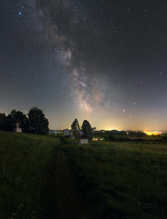 Mléčná dráha zjevující se nad radarovou loukou. Autor: Petr Horálek.