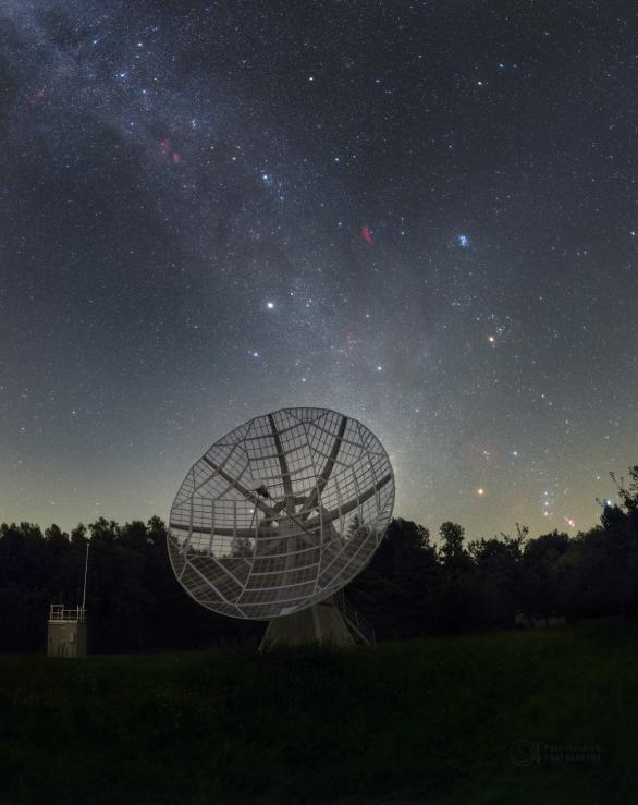 Ondřejovský 10m sluneční radioteleskop a hvězdy před zářijovým rozbřeskem. Autor: Petr Horálek.
