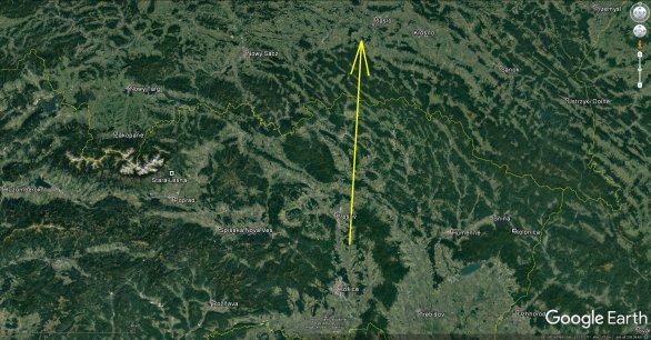 Průmět atmosférické dráhy bolidu z 23. června 2018 v 0h 25m 28s SELČ na zemský povrch (žlutá šipka). Skutečný konec dráhy, který již naše kamery kvůli velké vzdálenosti a také oblačnosti nevyfotily, ležel ještě několik kilometrů dál ve vnitrozemí Polska. Celkové trvání bolidu bylo 6 sekund. Autor: AsÚ AV ČR.