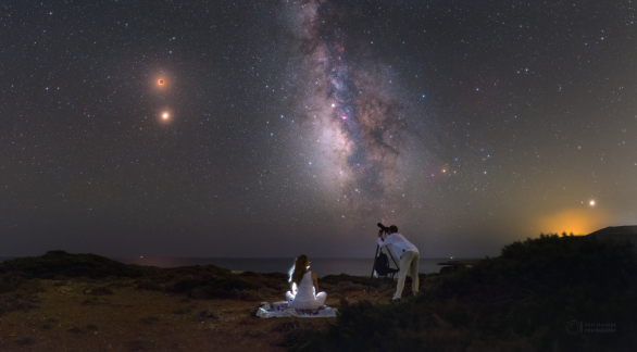 Romantický výhled k zatmění Měsíce 27. července 2018 z řeckého ostrova Rodos. Autor: Petr Horálek.
