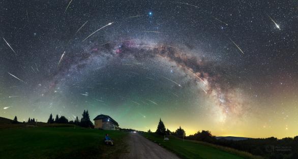 Kompozitní snímek maxima roje Perseid nad Královou Studňou na Slovensku z roku 2016 zachycuje Mléčnou dráhu a 104 meteorů vylétajících z jednoho místa na obloze – radiantu v souhvězdí Persea. Nejvíce meteorů bude vidět z těch míst, kde neruší světlo měst. Autor: Petr Horálek