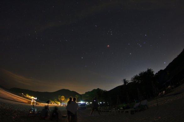 Pod rudým Měsícem na pláži ostrova Ko Lan. Autor: Petr Horálek.