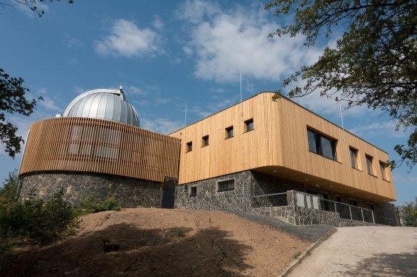 Pohled na zrekonstruovanou hvězdárnu, vlevo jihovýchodní kopule, vpravo v suterénu se nachází hlavní vchod, v přízemí (z této strany v patře) přednáškový sál. Autor: P. Kuranda