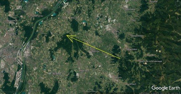 Obrázek 4. Průmět atmosférické dráhy bolidu EN100718 na zemský povrch (žlutá šipka). Skutečná délka vyfotografované atmosférické dráhy 63 km a bolid jí uletěl za přibližně 4 s. Autor: Google/Astronomický ústav AV ČR.