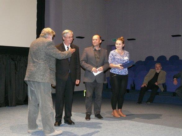 Paľo Rapavý (druhý zleva) přebírá Csereho cenu za celoživotní dílo na Astrofilmu Piešťany 2018. Autor: Astrofilm Piešťany.