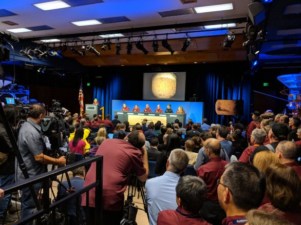Typický pohled na zaplněný sál během tiskové konference po přistání na Marsu Autor: Doug Ellison