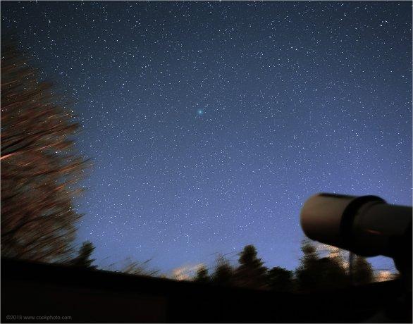 Kometa Wirtanen (skvrnka téměř uprostřed snímku) je na večerní obloze daleko od měst viditelná už i pouhýma očima. Autor: Chris Cook.