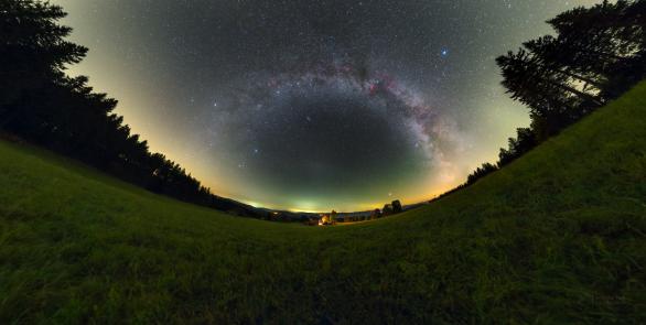Oblouk Mléčné dráhy a protisvit nad Švarnou Hankou. Autor: Petr Horálek.