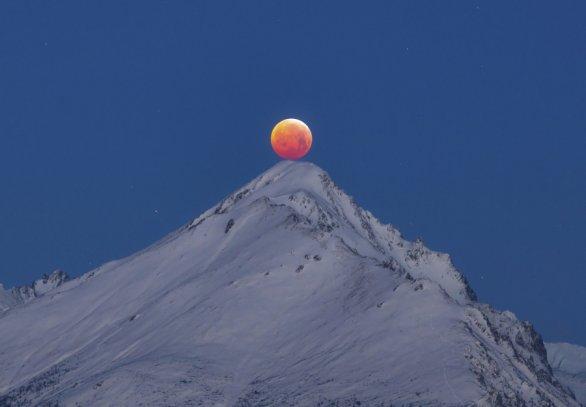 Snímek Úplné zatmenie Mesiaca nad Slavkovským štítom v Tatrách. Autor: Marian Dujnič