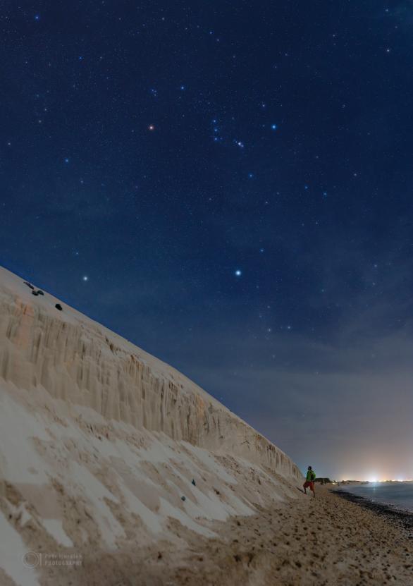 Pod erodovanými dunami za svitu Měsíce na pláži Carlota ostrova Boa Vista. Autor: Petr Horálek.