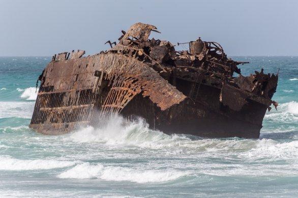 Vrak lodi Santa Maria na ostrově Boa Vista odolává vlnobití. Autor: Petr Horálek.